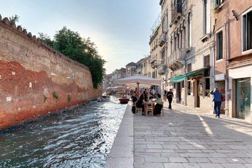 Aperitivo a puro ombra y cicchetti en el antiguo ghetto de Venecia