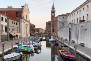Caminando al atardecer por la pequeña Venecia, Chioggia